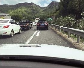 高速公路上,经常有一些车辆占用应急车道