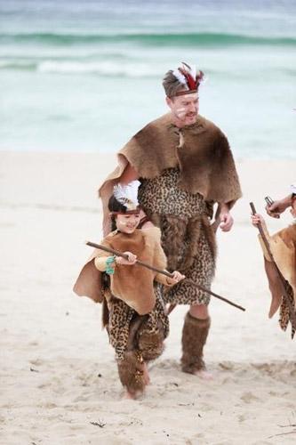 换上草皮服,抹上彩泥,还要学习各项求生荒岛技能以保住在这个完全陌生