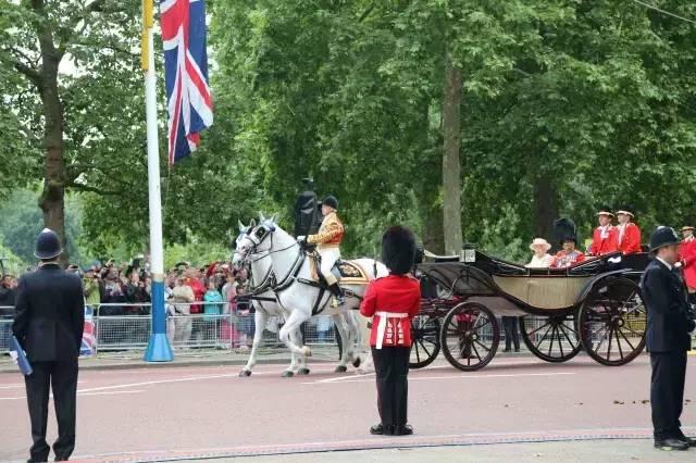 在马车里的女王夫妇