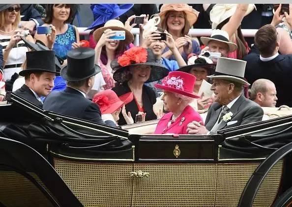 She is pink!(她是粉色的!)开幕式当天,赌赢了女王穿什么颜色衣帽的人们不免欢呼一番。