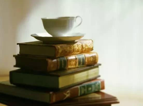 习主席到访的时候书架上会摆放哪些书呢?
