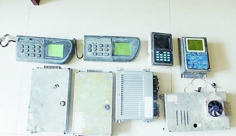 失窃的挖掘机电脑主板和显示器.