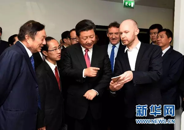 10月21日,国家主席习近平在伦敦参观华为英国公司。
