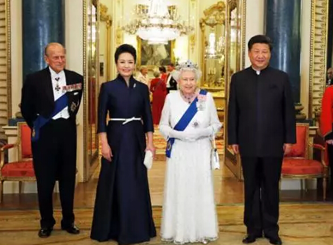 10月20日,国家主席习近平和夫人彭丽媛出席了英国女王伊丽莎白二世在白金汉宫举行的盛大欢迎晚宴。