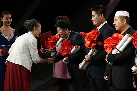 颁奖嘉宾南丁格尔奖获得者章金媛为最美家庭代表颁奖