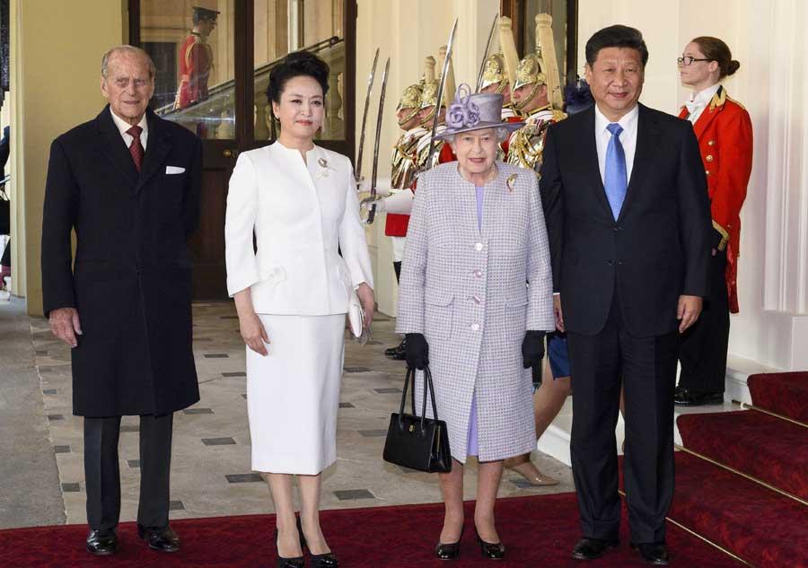 1. Le président Xi Jinping et son épouse Peng Liyuan posent avec la reine Elizabeth II du Royaume-Uni et le prince Philip à leur arrivée au palais de Buckingham à Londres, le 20 oct. 2015. Le président Xi et son épouse étaient les invités de la reine Elizabeth II lors de leur visite d