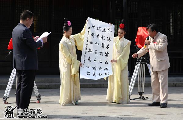 王炳金先生作藏头诗赠予李仙花女士