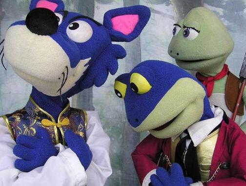 剧照 >>>小青蛙儿童剧团   小青蛙剧团成立于1994年,是台中第一个专职、专业的儿童剧团,以大型人偶、手操偶、玻璃纤维人形偶等多元化偶剧表演手法为演出特色,擅长进行人与偶互动演出,创造玩乐一体的妙趣空间。这次他们首度跨海来到厦门文博会现场,为大陆小朋友准备了《金斧头银斧头》和《新小红帽》等经典剧目。 不仅是儿童展区,现在在展馆的各个展区都有很多市民在参观,不管你是文创设计的创客们还是带小朋友来寻找乐趣的家长,或者是喜欢手工艺品的买手们,都能在这里享受您的文博之旅,但是要提醒大家的是