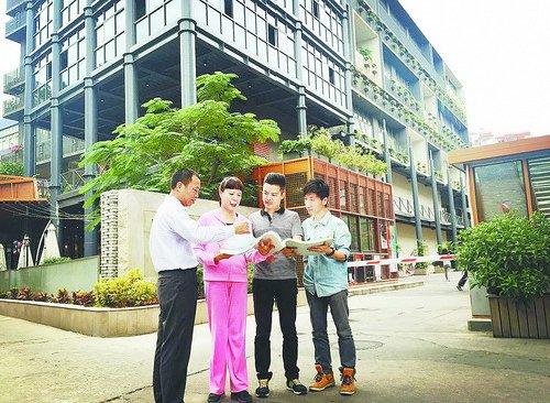 文创园区企业和社区人员与居民讨论社区景观提升方案。