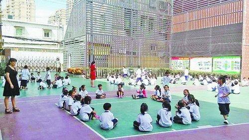 学生在课堂上十分活跃。
