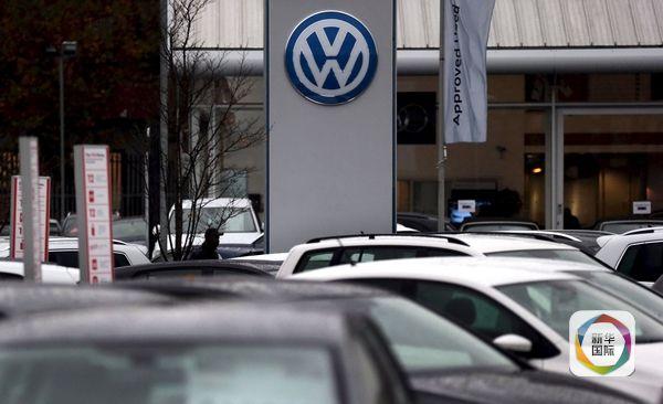 2015年11月5日,英国伦敦,大众汽车经销店。(图片来源:新华/路透)   德国《星期日图片报》报道,前首席执行官温特科恩2012年3月在日内瓦车展上宣布,大众将在2015年实现二氧化碳排放量减少30%的目标。不过,这些工程师认为目标难以实现,却没敢如实告知温特科恩。   今年10月,一名在大众总部研发部门工作的工程师打破沉默,向上级揭露这一造假行为。   报道说,大众高层正在研究针对造假员工的惩罚措施,但揭露造假行为的员工将被允许保留原职。