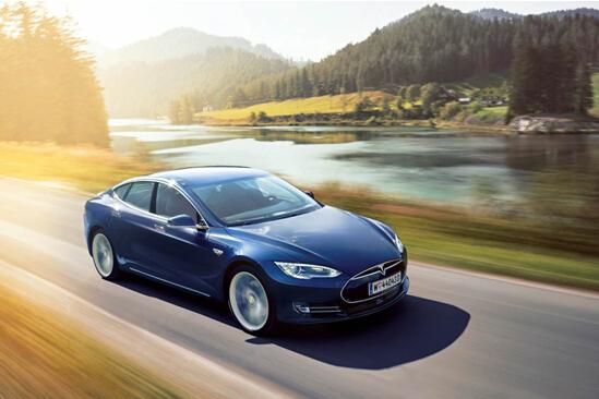 """特斯拉 新能源车型的政府政策,也为特斯拉带来了更多的利好。今年9月30日特斯拉就已经正式进入""""北京新能源汽车摇号目录"""",而且10月北京又宣布包括特斯拉Model S在内的新能源小客车申请在当期申请内不需要摇号,直接上牌!深圳则宣布在年底前购买包括特斯拉Model S在内的新能源车免摇号政策。 具体来说,所有订购全新Model S的消费者(不包括订购任何类型试驾车等非定制车辆的消费者)只要2015年12月31日24点前下单,并支付定金、确认订单,即可享受特斯拉燃油车置换优惠的政策。"""