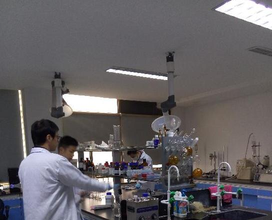 图为月旭科技实验室,研究人员在进行色谱检测