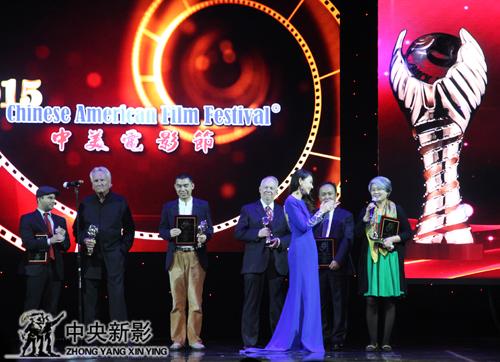 纪录电影《抗战中的中国文艺》总导演王一岩在第11届中美电影节上领奖