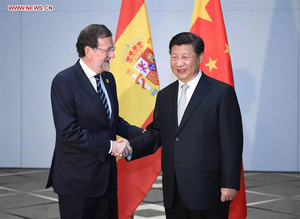 Chinese President Xi Jinping (R) meets with Spain