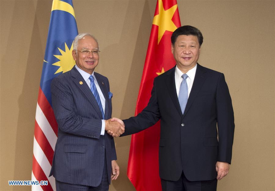 Chinese President Xi Jinping (R) meets with Malaysian Prime Minister Najib Razak in Manila, the Philippines, Nov. 17, 2015. (Xinhua/Xie Huanchi)