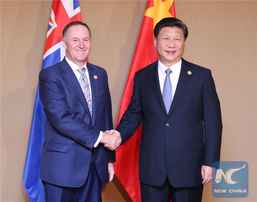 Chinese President Xi Jinping (R) meets with New Zealand