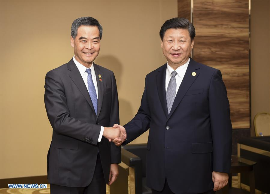 Chinese President Xi Jinping (R) meets with Chief Executive of China