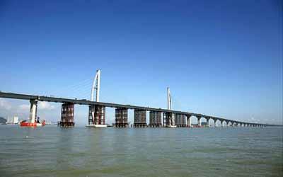 大桥施工区域地处伶仃洋,海况恶劣,地质结构复杂,工程的防风防腐等