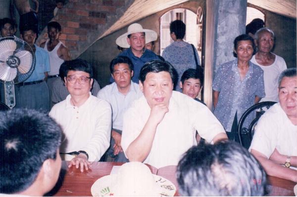 1999年6月,时任福建省委副书记习近平到福安市康厝乡东山畲村调研。(资料图片)