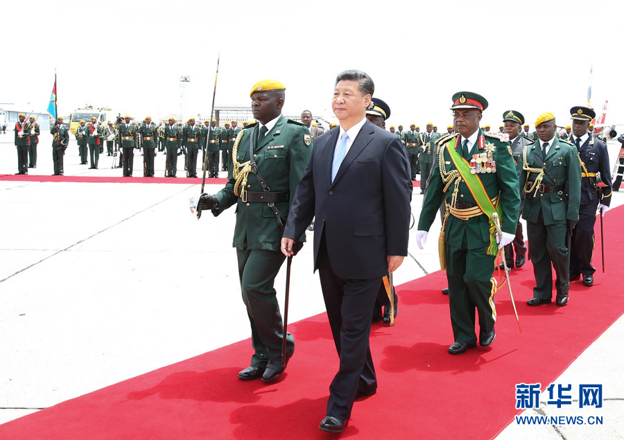 Chinese President Xi Jinping reviews the guard of honor during a welcome ceremony held for him by Zimbabwean President Robert Mugabe in Harare, Zimbabwe, Dec. 1, 2015. Xi arrived here Tuesday for a state visit to Zimbabwe. (Xinhua/Huang Jingwen)
