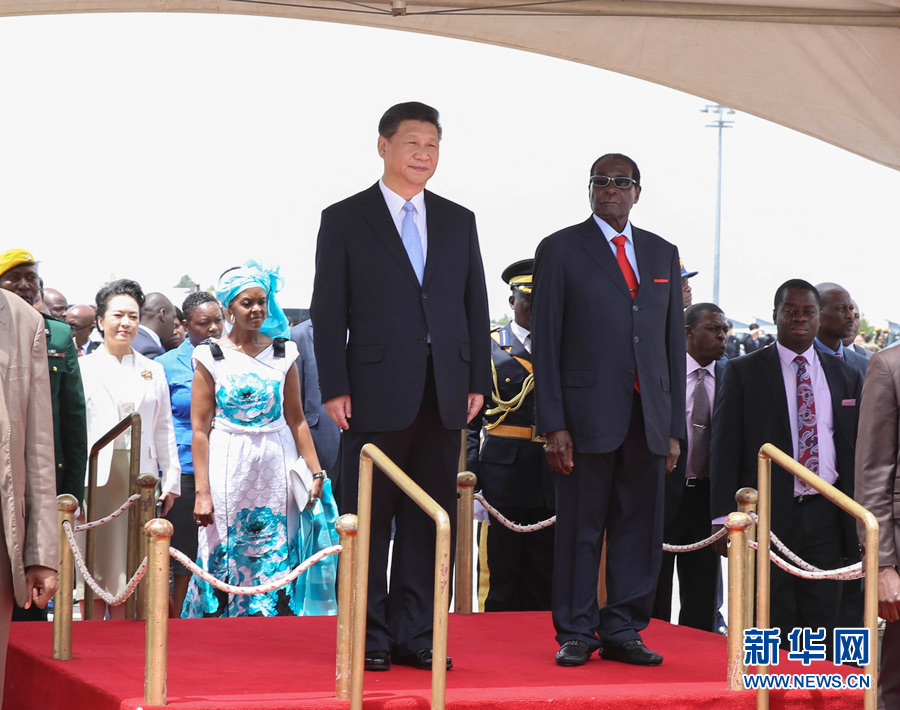 Chinese President Xi Jinping (L, front) attends a welcome ceremony held by Zimbabwean President Robert Mugabe in Harare, Zimbabwe, Dec. 1, 2015. Xi arrived here Tuesday for a state visit to Zimbabwe. (Xinhua/Huang Jingwen)