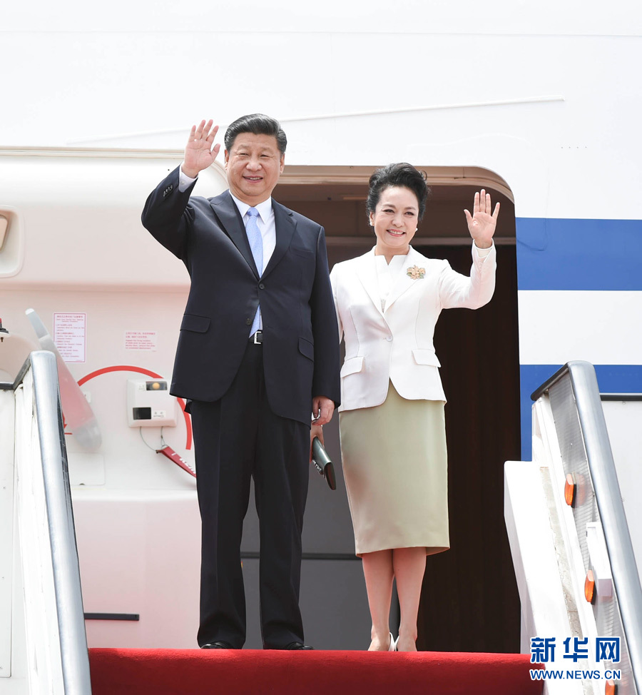 Chinese President Xi Jinping and his wife Peng Liyuan wave upon their arrival in Harare, Zimbabwe, on Dec. 1, 2015. Xi arrived here Tuesday for a state visit to Zimbabwe. (Xinhua/Xie Huanchi)