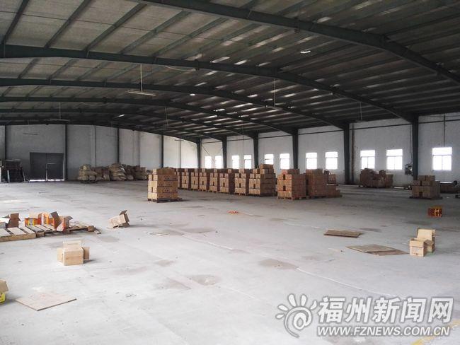 工厂仓库大门敞开,里面空荡荡。