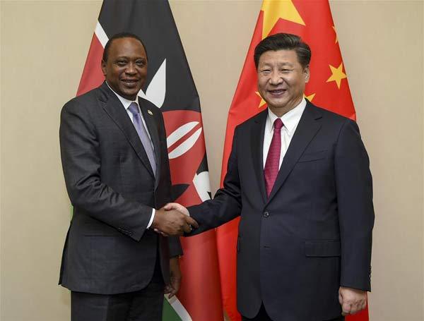 Chinese President Xi Jinping (R) meets with Kenyan President Uhuru Kenyatta in Johannesburg, South Africa, Dec. 3, 2015. (Xinhua/Xie Huanchi)