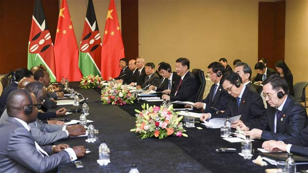 Chinese President Xi Jinping meets with Kenyan President Uhuru Kenyatta in Johannesburg, South Africa, Dec. 3, 2015. (Xinhua/Xie Huanchi)