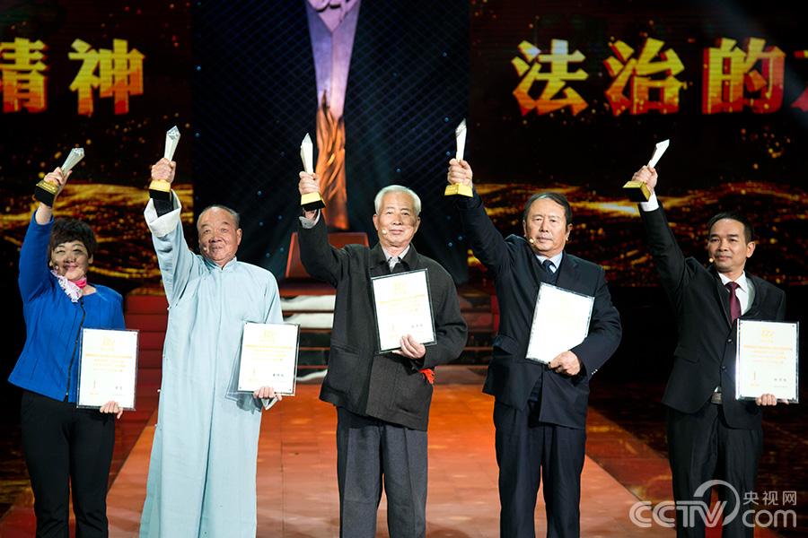 坚持普法三十年的义务普法员代表:陈万宏、李芳、潘恒球、伍思扬、邢建平