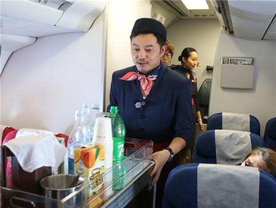 首期节目就在飞机上体验空乘工作