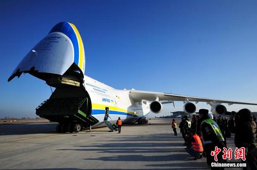 世界最大货运飞机降落石家庄(图)