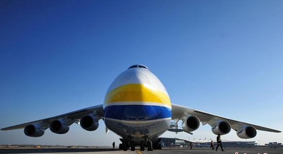 12月14日下午,世界最大货运飞机安-225运载约180吨设备第8次平稳降落石家庄机场。此次运输为德国某汽车公司用于整车生产的模具,飞行路线为由德国莱比锡启运,途径土库曼斯坦、哈萨克斯坦进行技术经停后运抵石家庄机场,再通过陆路运往北京。