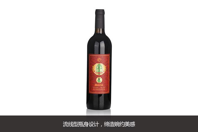 点评: 玛卡红酒红色包装尊贵有质感,手提纸袋,环保便捷。流线型瓶身设计,缔造婉约美感。顶部用塑料密封,印有生产日期,收藏年份一目了然。笔者始终相信红酒是有生命的,所以瓶口小孔的设计有利于它呼吸,可以继续发酵,使红酒口味更醇厚。橡木塞密封,使橡木的清香与酒香完美融合。瓶底有专业防滑设计,瓶底深凹有利于酒中杂质的沉淀,保留纯正口感。对于这样精致又专业的外观包装,笔者给到了9.
