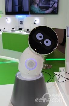 小忆机器人能主动捕捉宝宝成长瞬间,并制作成主题 ...