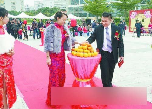 和黄晞虹在集体婚礼现场.-百位新人在厦集体结婚 厦门姑娘嫁新北