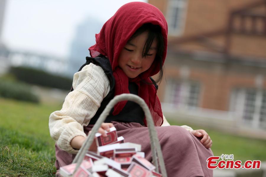 Une « Petite fille aux allumettes » aide les enfants pauvres