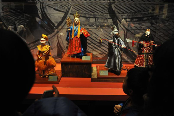 At the National Art Museum, visitors can also try putting on a puppet show themselves.