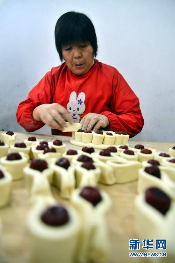 القرويون في مقاطعة شاندونغ يصنعون كعك الزهرة