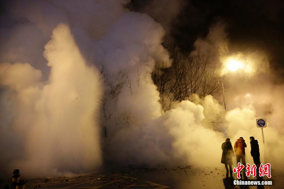 Leaking pipeline creates wall of steam in Beijing