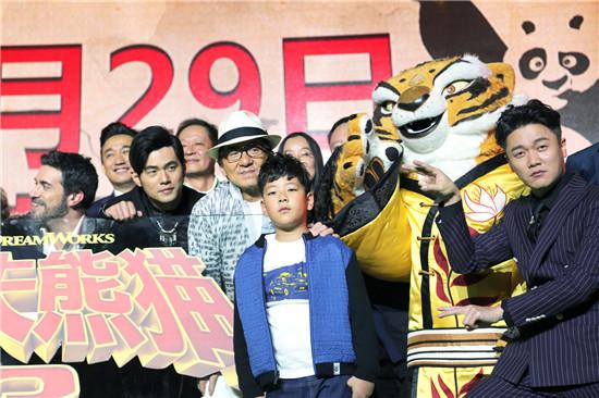 """石头(郭子睿)出席电影《功夫熊猫3》首映发布会与主创台上合影   由梦工厂出品的动画电影《功夫熊猫3》于1月19日在上海召开了""""萌侠回家""""中国首映礼发布会。当晚,黄磊、成龙、王志文、周杰伦、肖央、朱珠、王太利、张国立、郭子睿等中文版配音演员悉数到场。石头(郭子睿)更是代表全体熊猫村成员为阿宝送上开业贺礼,礼物一语双关的巧思设置,再经张国立老师一番妙语解释后,主持人不禁连连称赞简直太巧妙!此次电影首映礼可谓是星光熠熠,而熊猫泡泡的配音演员石头(郭子睿)则以一身休闲活力的造型萌帅全场"""