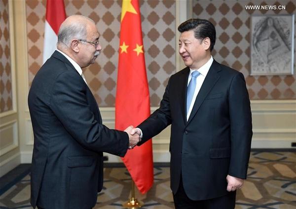 التقى الرئيس الصيني شي جين بينغ برئيس الوزراء المصري شريف إسماعيل
