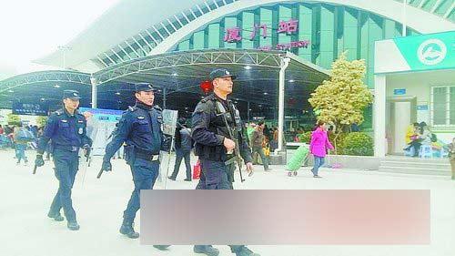 警察在厦门站巡逻。