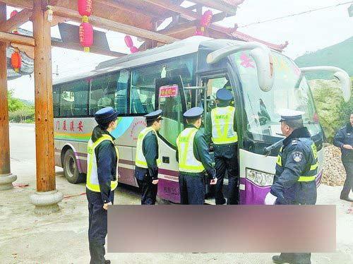 民警认真检查客运车辆。