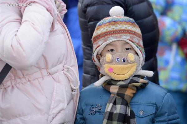 يصل طفل إلى بكين مع والديه، 24 يناير