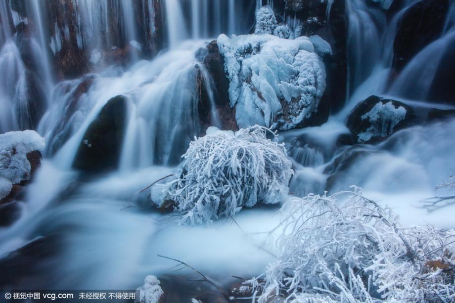 """El 26 de enero, bajó la temperatura de Jiuzhaigou, lugar pintoresco situado en la provincia de Sichuan. La temperatura nocturna de Jiuzhaigou llegó a 22 grados bajo cero. Se ve hielo colocado en todo los rincones. Jiuzhaigou presentó una escena del """"período glacial""""."""