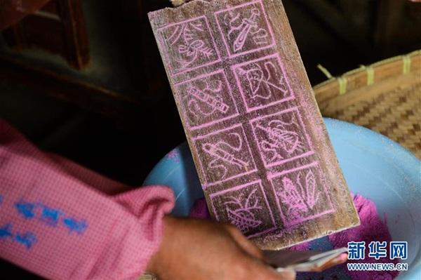 الأهل في مدينة هوتشو بمقاطعة تشجيانغ مشغولين بتحضير وصنع الأطعمة التقليدية الخاصة لعيد الربيع