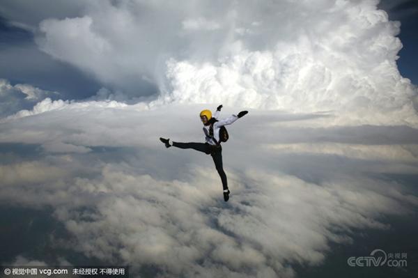 En julio de 2015, en tiempo local, la paracaidista valiente Anastasia Barannik de Rusia representó acrobacia y baile durante su salto en paracaídas en Holanda. La chica de 19 años ha saltado más de 500 veces en paracaídas aunque solo cuenta con 2 años de experiencia de este deporte.