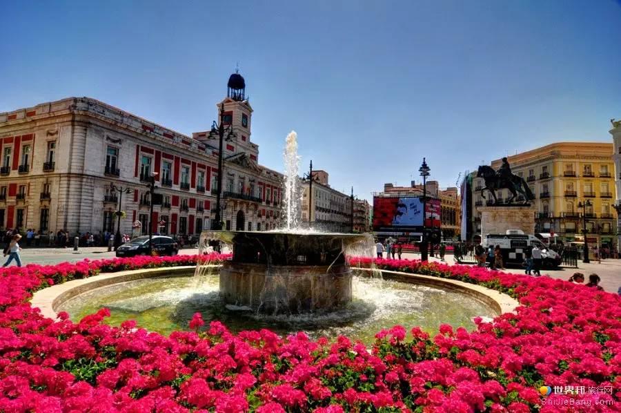 西班牙   西班牙是一片充满热情和艺术气息的乐土,素以斗牛、舞蹈、吉他而闻名天下,大部分国土气候温和,风景绮丽。在其蜿蜒曲折的海岸线上,遍布着许多天然的海滨浴场。西班牙拥有悠久的历史,游客可以饱览辉煌的王宫、教堂和城堡,体验古老又独特的民族文化传统和娱乐活动。   荷兰